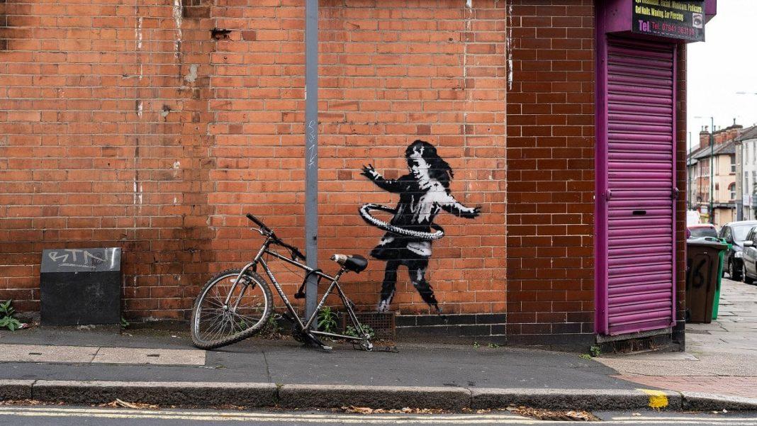 Au Royaume-Uni, le bébé hula hoop est celui de Banksy. L'artiste a publié la photo sur Instagram