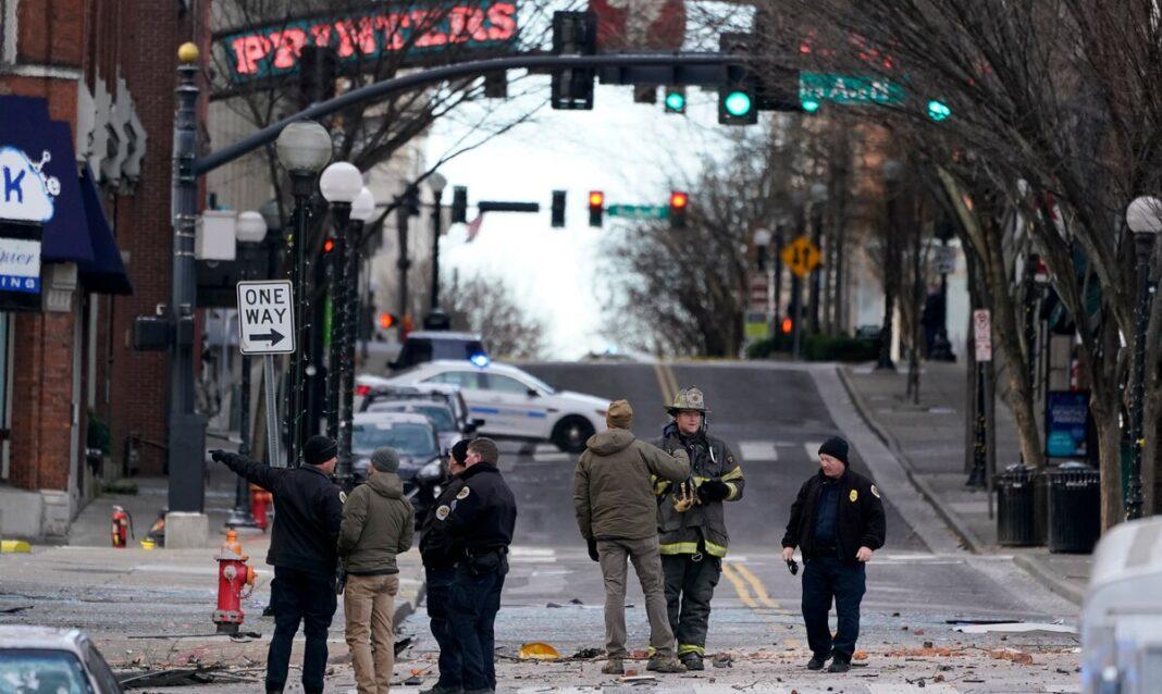 """Humo negro y fuego se pudo ver temprano en la zona de la explosión, donde ubican bares, restaurantes, así como tiendas, y que es conocido como el corazón del área turística en el corazón del """"downtown"""" de Nashville."""
