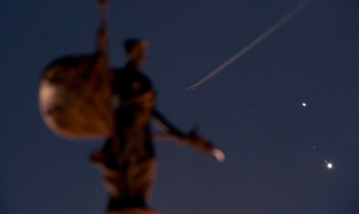 Jupiter et Saturne s'alignent dans le ciel nocturne pour former
