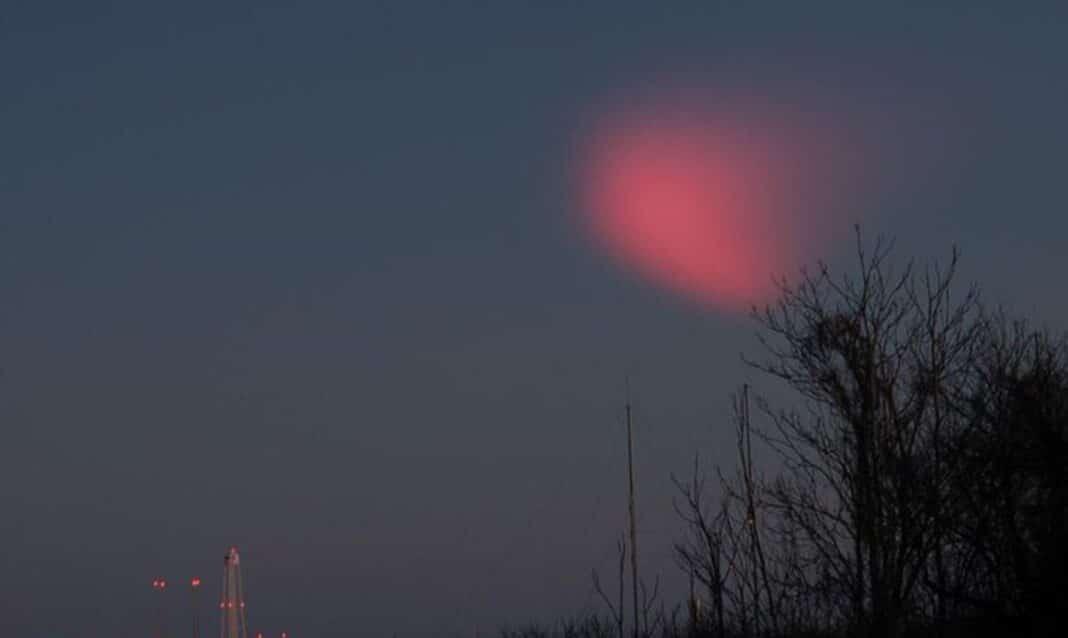 Le lancement d'une fusée de la NASA provoque une étrange lumière rouge dans le ciel