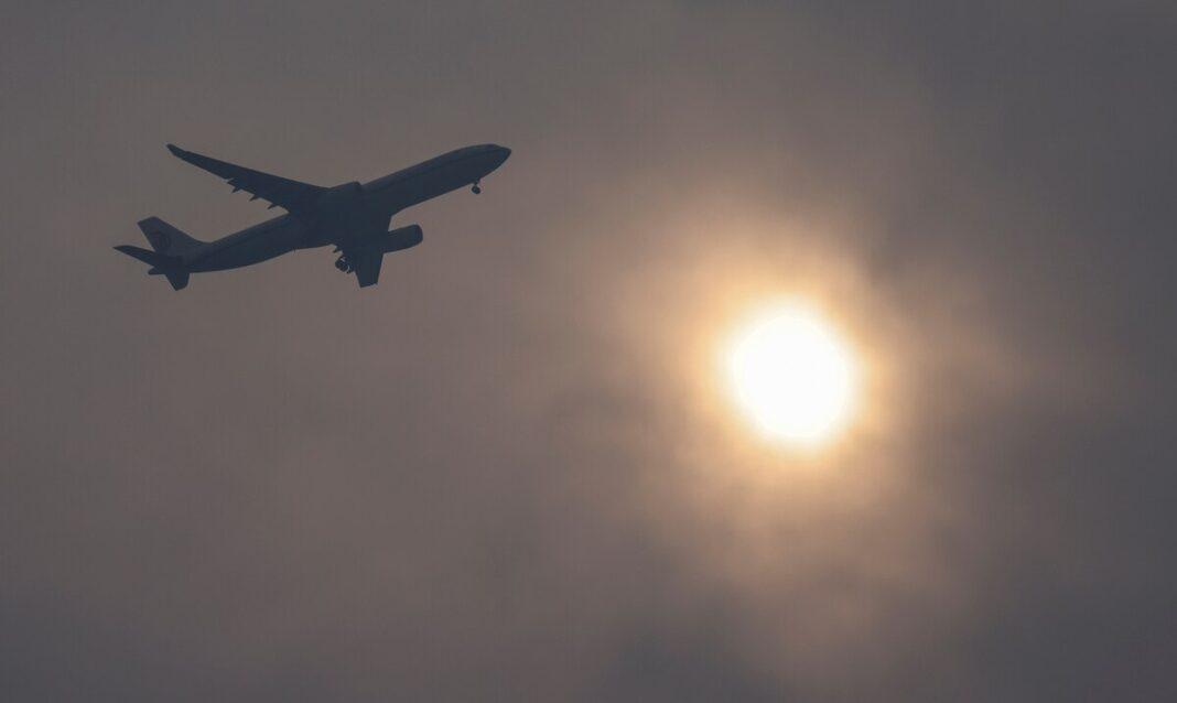 Un avión sobrevuela el cielo de China con un alto nivel de contaminación.