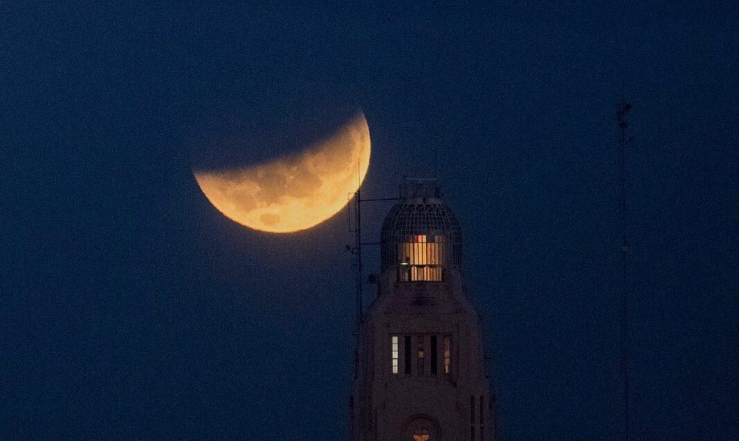 Así se vio el eclipse lunar en Montevideo, Uruguay.