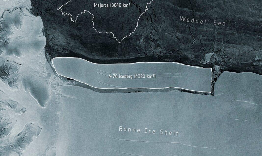Esta imagen proporcionada por la Agencia Espacial Europea muestra una comparación con la isla española de Mallorca de un iceberg que se desprendió de la Plataforma de Hielo Ronne, en el Mar de Weddell, en la Antártida.