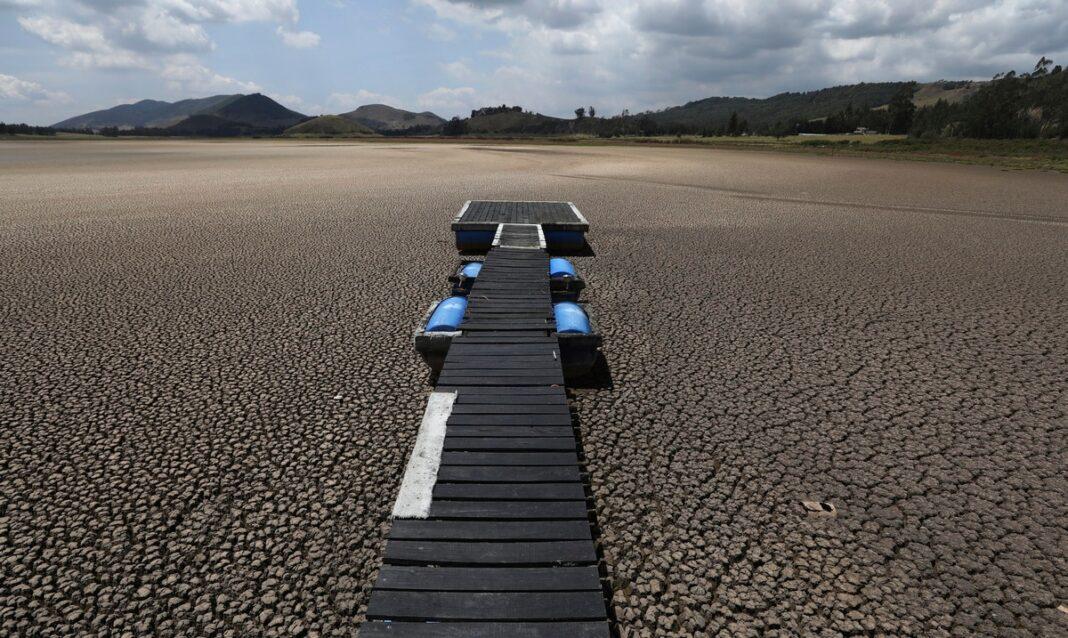 En esta imagen del 17 de febrero de 2021, la laguna Suesca, en Colombia, un popular destino turístico cercano a Bogotá que no tiene afluentes y depende de la lluvia, ha menguado de forma drástica tras años de graves sequías en la zona y de la deforestación y erosión de sus alrededores.