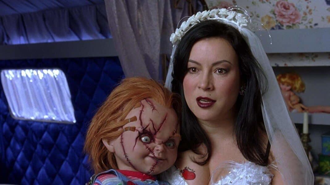 Chucky, Jennifer Tilly dans une nouvelle photo du tournage avec la célèbre poupée tueuse.