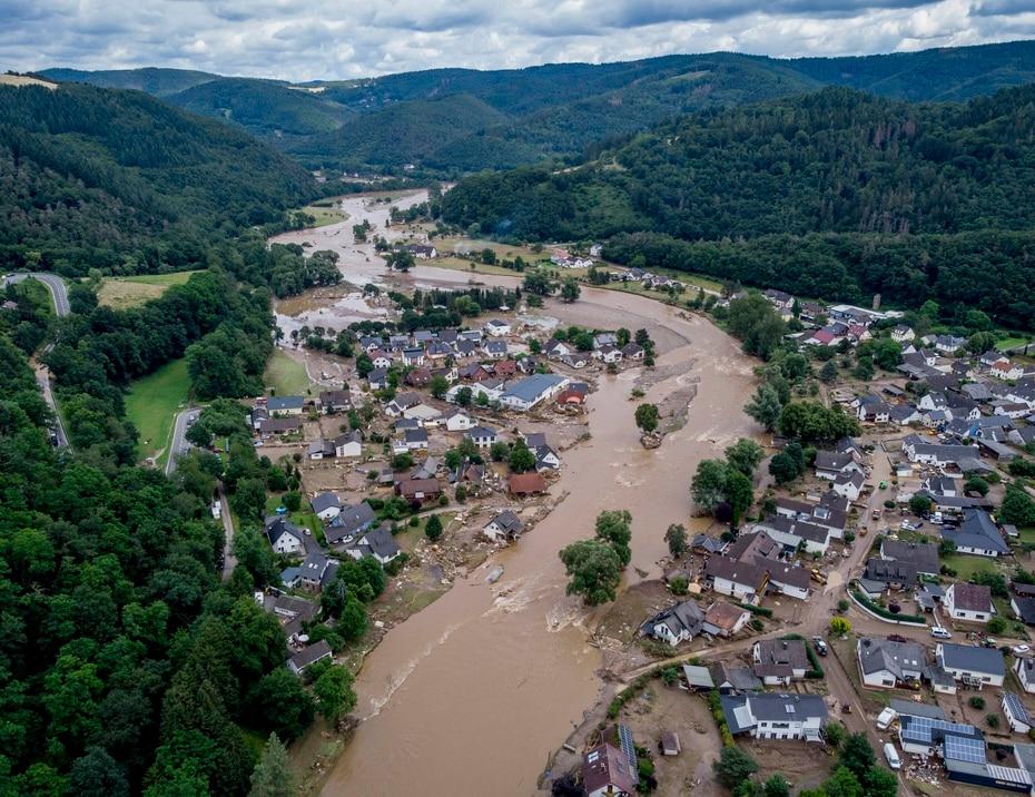 La rivière Ahr flotte devant des maisons détruites à Insul, en Allemagne.