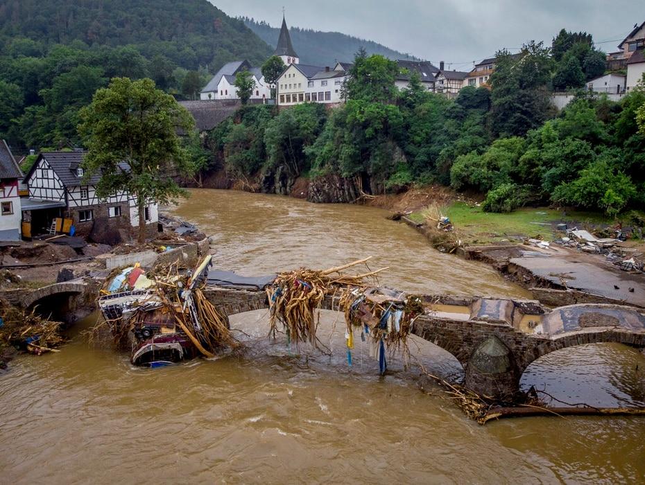 Des débris pendent d'un pont endommagé sur la rivière Ahr à Schuld, en Allemagne.