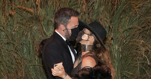 Jennifer Lopez et Ben Affleck ne peuvent s'empêcher de s'embrasser. Même avec un masque